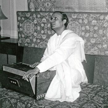 Sri Chinmoy sings Samukhe Shanti Parabar